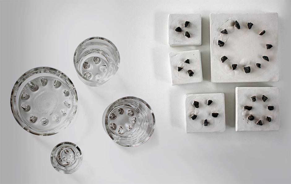 Steinstempel und Gläser